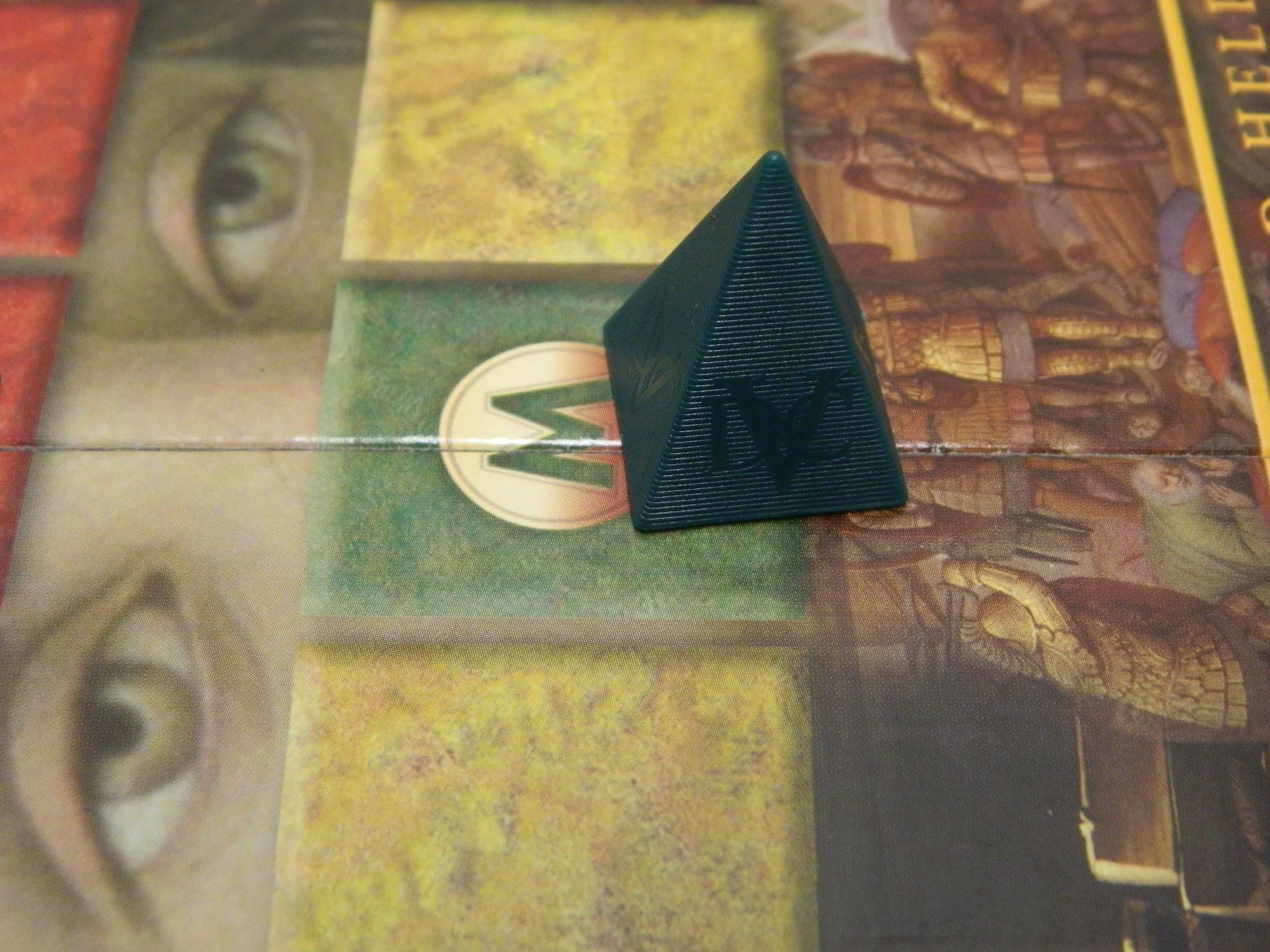 khối tự tháp đại diện cho người chơi trong bộ board game Da Vinci Code