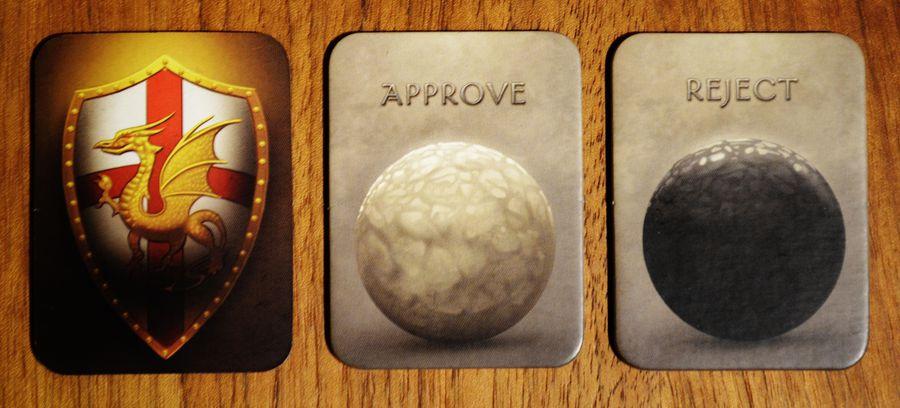 Thẻ chỉ huy và thẻ vote trong bộ board game Avalon