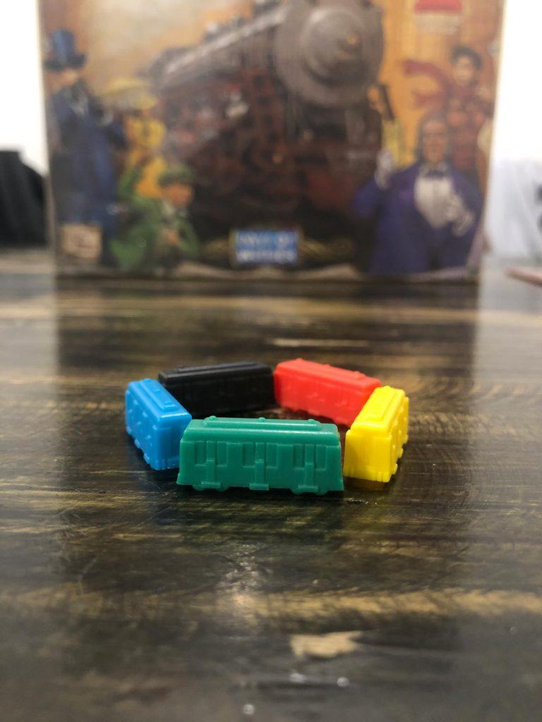 240 Toa tàu (45 toa cho mỗi màu Xanh, Đỏ, Vàng, Đen và xanh lá kèm thêm một số toa thay thế cho mỗi màu).