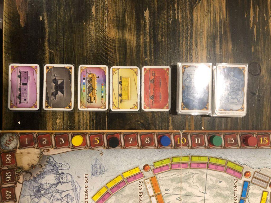 Các con dấu tính điểm sẽ đặt theo số điểm mà người chơi có được. Các thẻ toa tàu sẽ được xáo trộn, đặt úp bên canh bảng trò chơi, chỉ lật ngửa 5 lá bất kỳ.