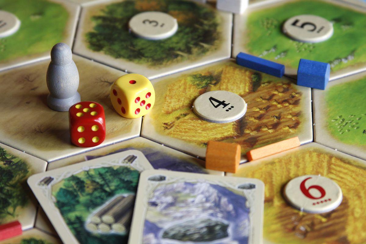 Một bộ Board game Catan bao gồm những gì?