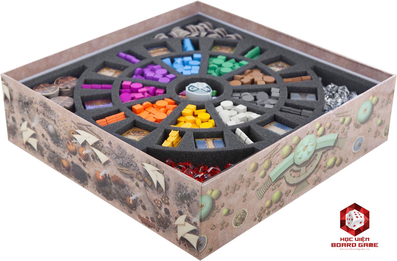 Các hộp đựng boardgame được thiết kế tận dụng đến từng không gian nhỏ, giúp sắp đặt các item một cách ngăn nắp, bảo quản lâu dài và tiện lợi khi mang theo.