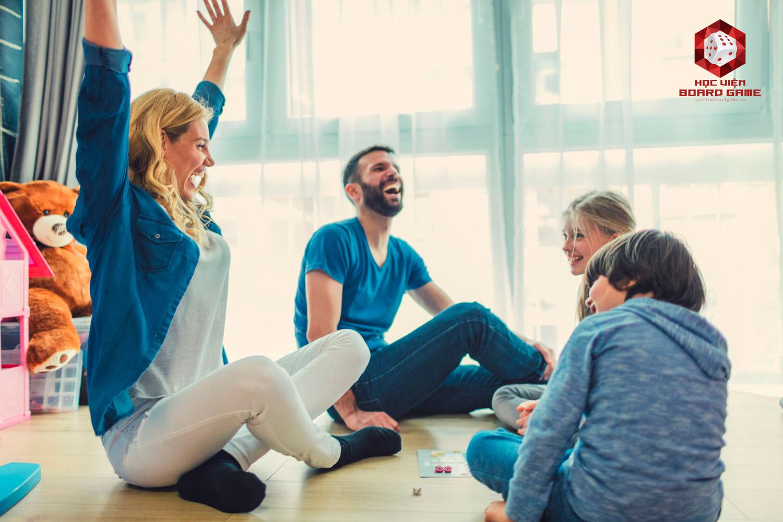Boardgame đòi hỏi người chơi cùng ngồi và tương tác trực tiếp với nhau, đây là một hình thức giải trí mới mẻ để những hội bạn bè, gia đình, người quen cùng thư giãn và hiểu thêm về nhau.