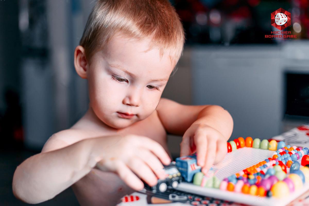Boardgame tốt cho trẻ em khi phát triển kỹ năng bộ nhớ và mở rộng định hướng không gian.