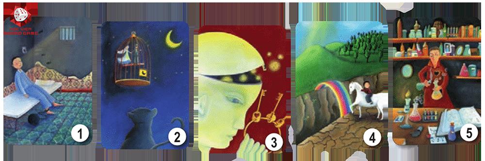 Các thẻ bài của tất cả người chơi sẽ được xếp ra bàn một cách ngẫu nhiên