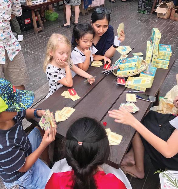 Trẻ em nước ngoài thử chơi Lên Mâm tại một sự kiện
